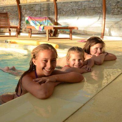 enfants heureux dans la bassin