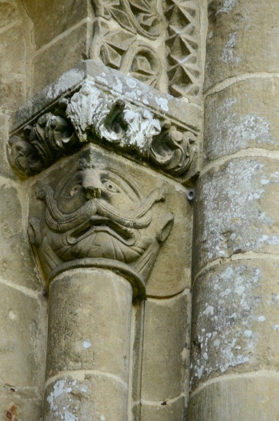 Colonne et chapiteau historié église de Vouvant
