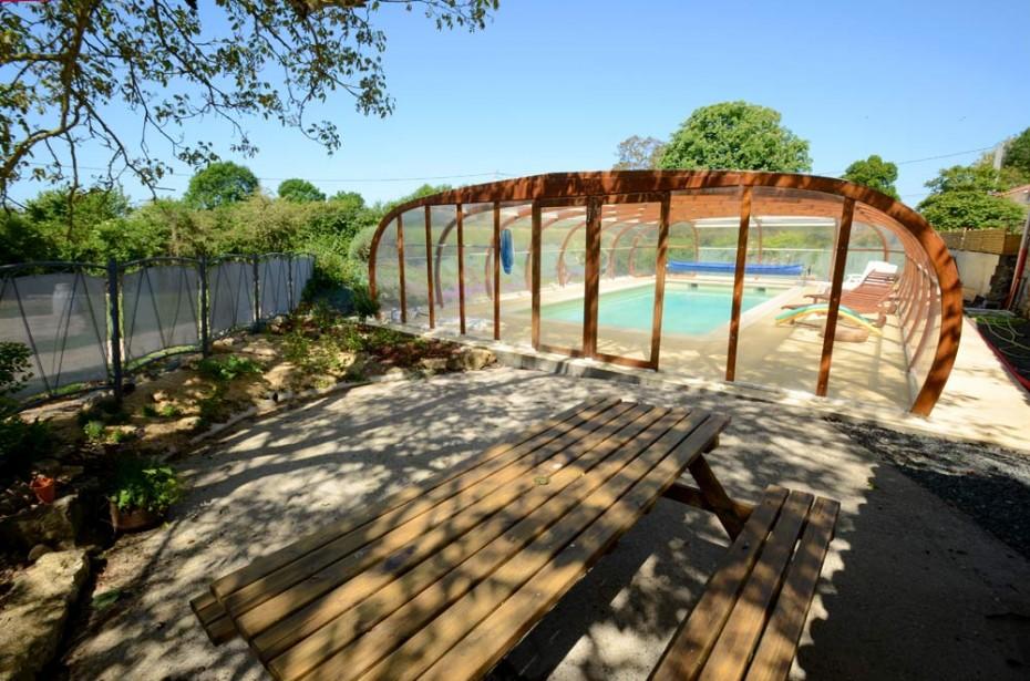 Table de pique-nique près de la piscine couverte
