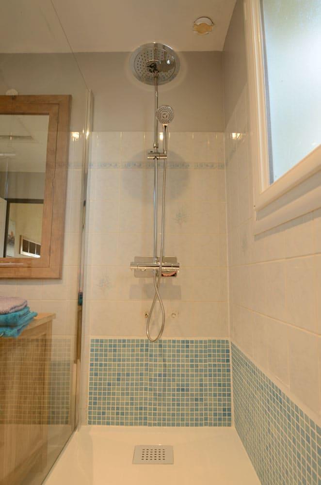 Douche de la salle d'eau du gîte