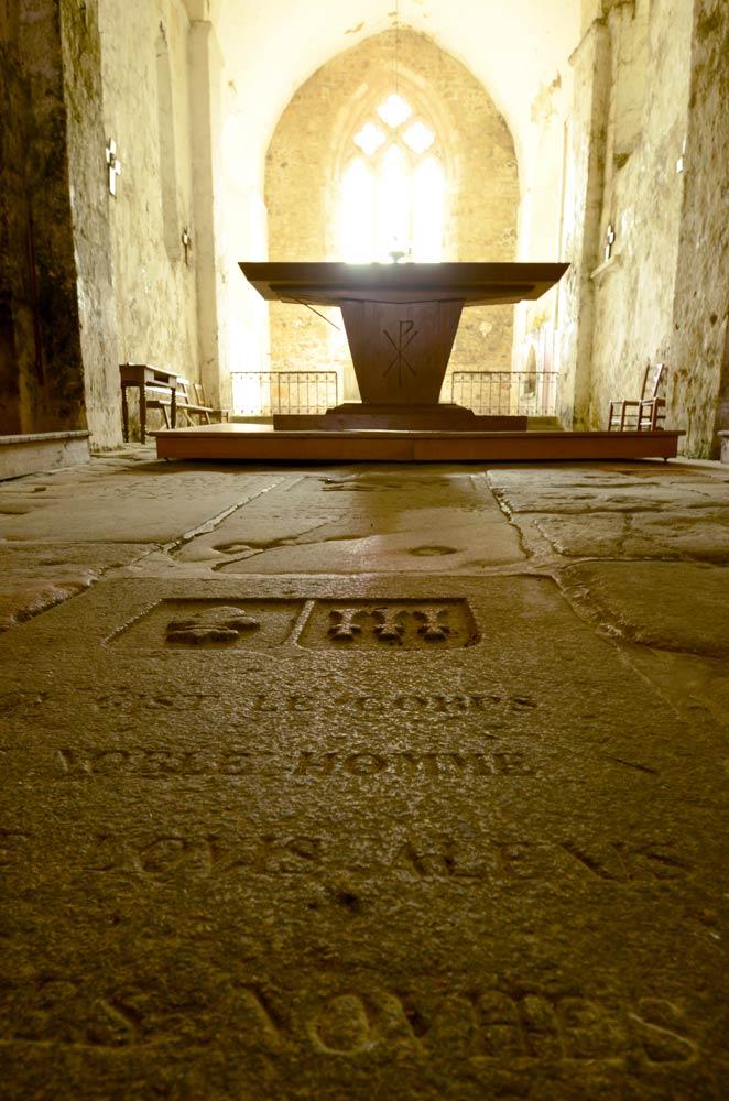 Le dallage fait de pierres tombales au vieux Pouzauges