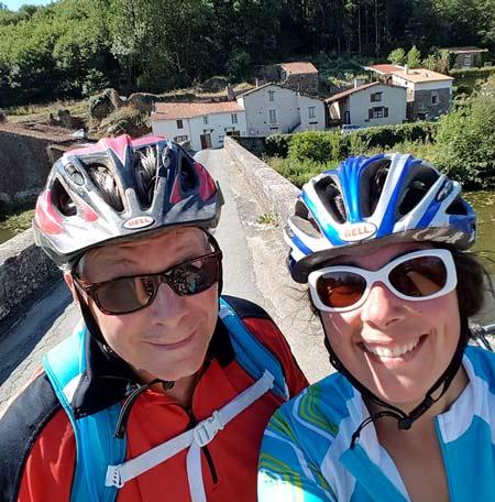 Sabrina et Alain Perrier, propriétaires des gîtes et vététistes